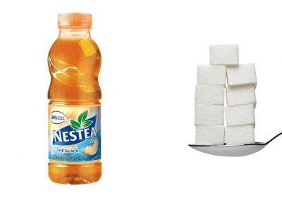 Une bouteille de 50 cl de Nestea pêche blanche contient 45 g de sucre, soit 9 morceaux.