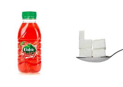 Une bouteille de 33 cl de Volvic Juicy Fraise contient 21,8 g de sucre, soit 4,4 morceaux