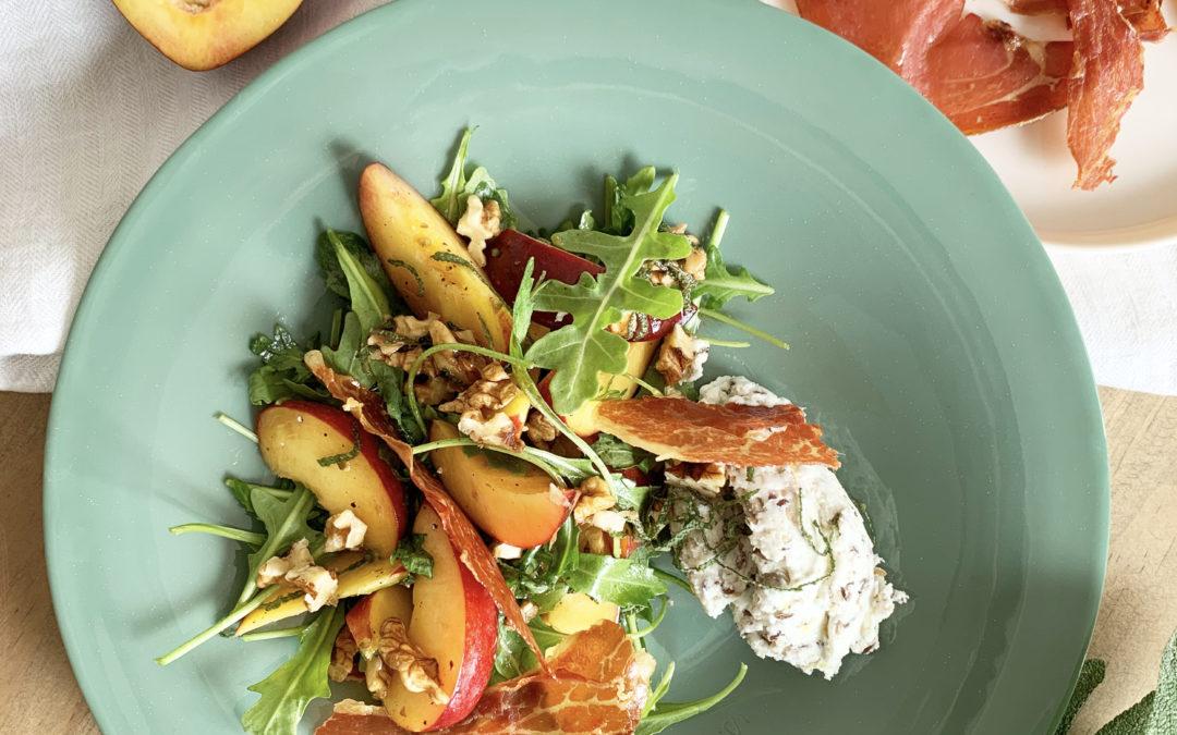 Recette Sublimeurs : Salade de nectarines et pêches, jambon crispy, fromage frais aux graines, vinaigrette noix & sauge