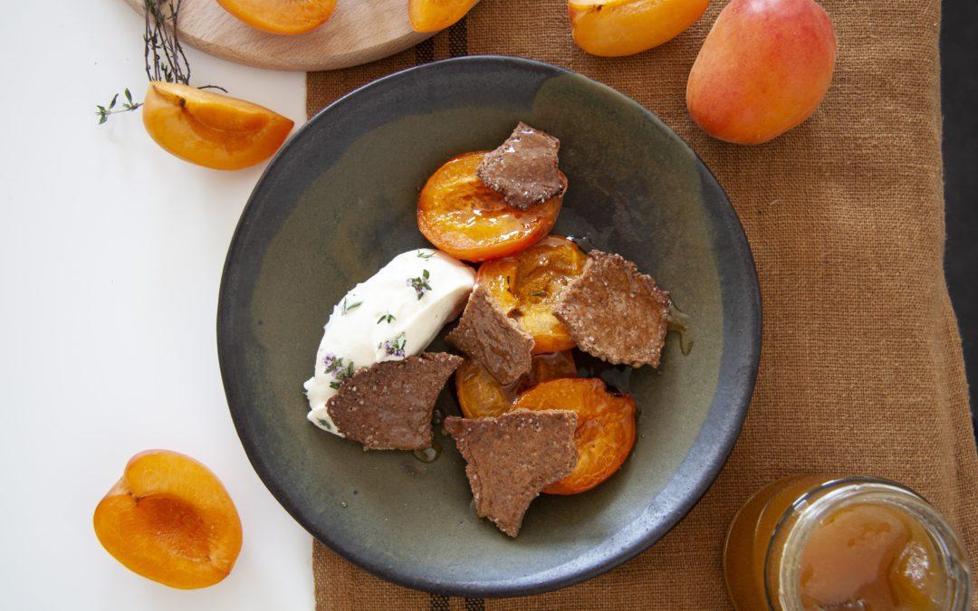 Recette Sublimeurs : Abricots rôtis au miel, crème montée au thym et sablé cacao